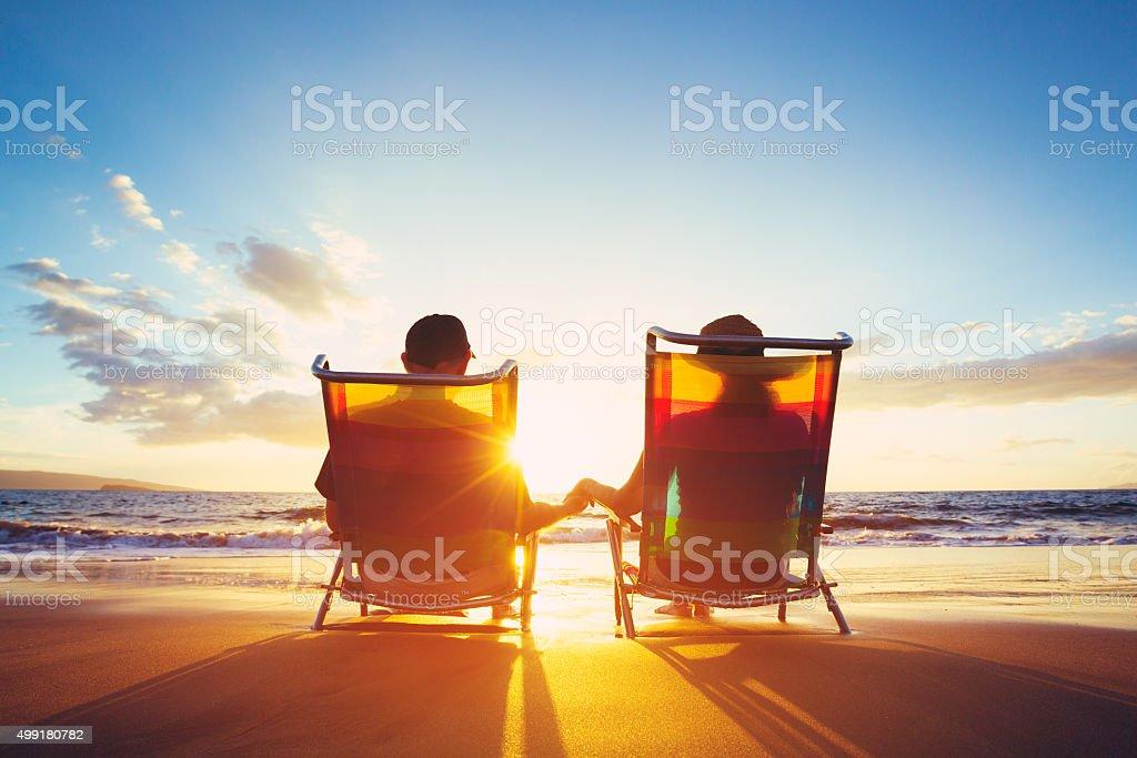 Aposentadoria conceito de férias, totalmente Coupe assistir o pôr-do-sol - foto de acervo