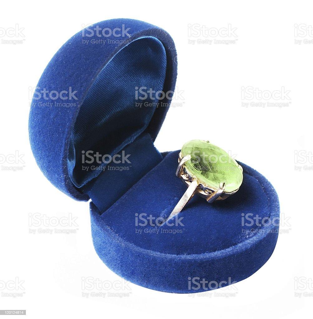 Anillo verde de retro con piedra en el blue box foto de stock libre de derechos