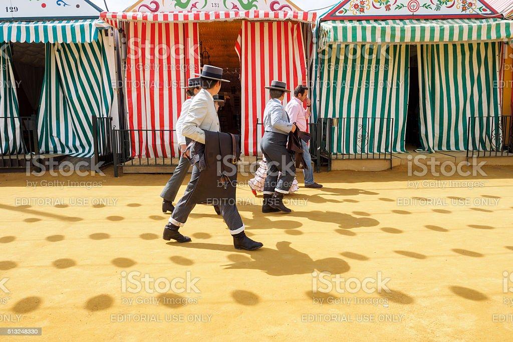 Passageiros caminhada através da feira de abril em Sevilha foto royalty-free