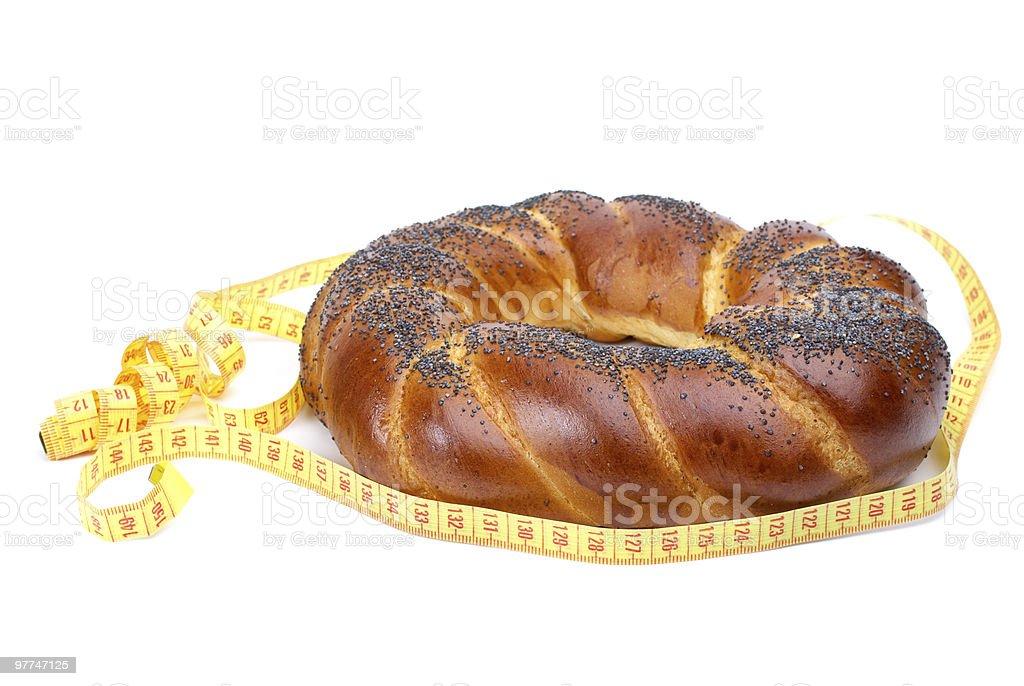 Bonito anel em forma de pão com poppyseeds e fita de medição foto de stock royalty-free