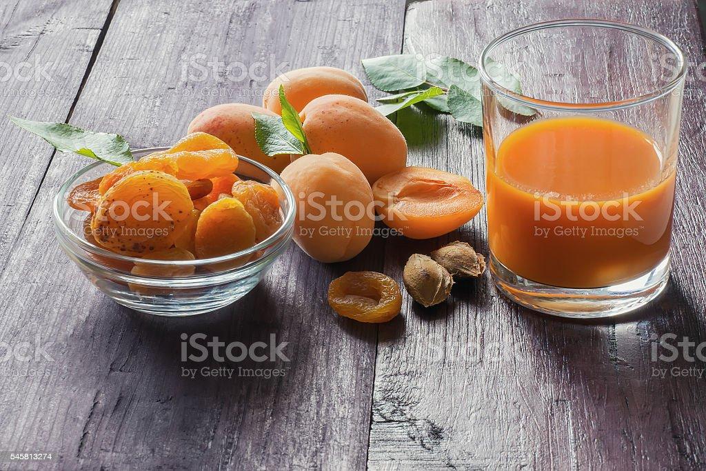 Ripe apricots and fruit juice foto de stock royalty-free