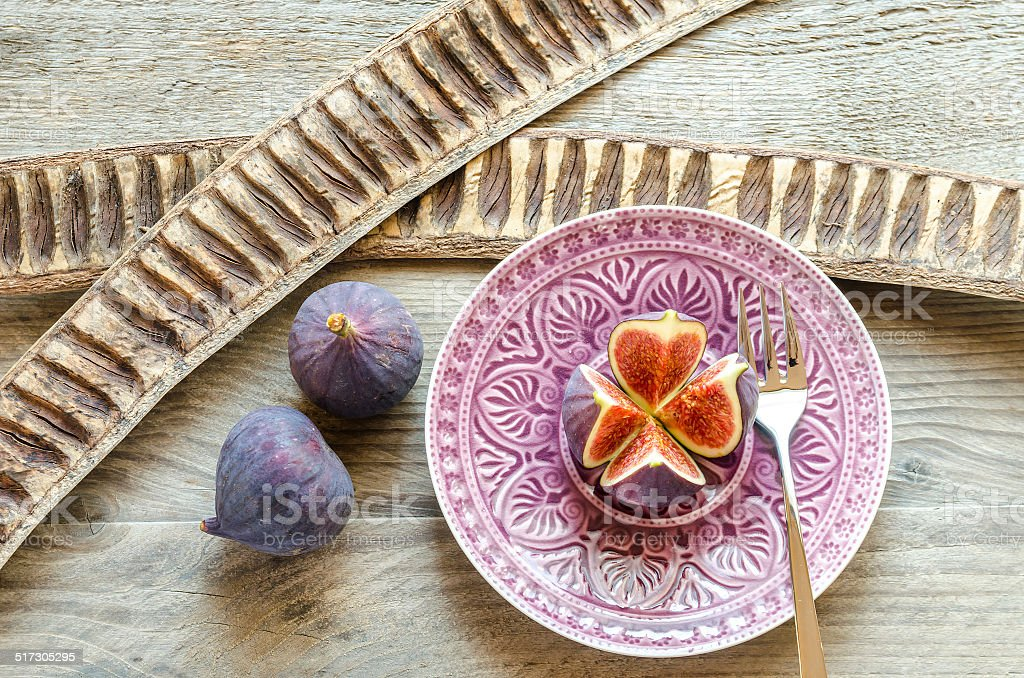 Ripe figs : cross section and whole fruits stock photo