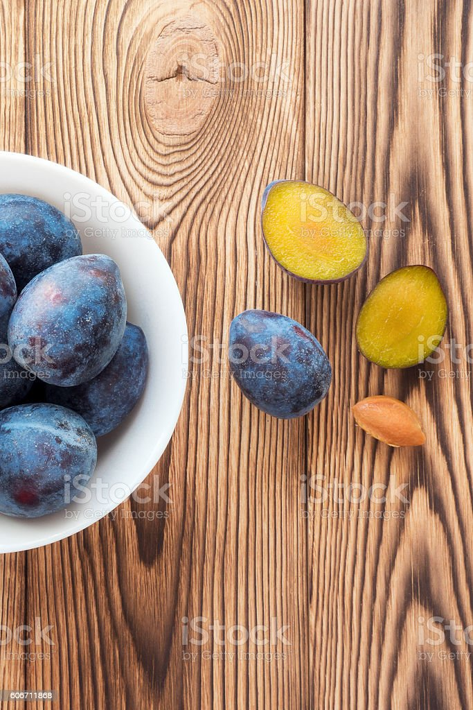 Ripe plum fruit. Vertical photo foto de stock royalty-free