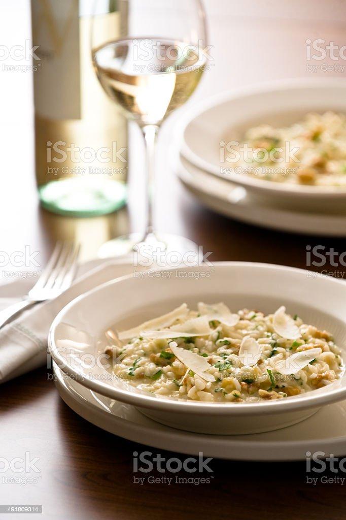 Risoto com nozes e queijo fontina foto royalty-free