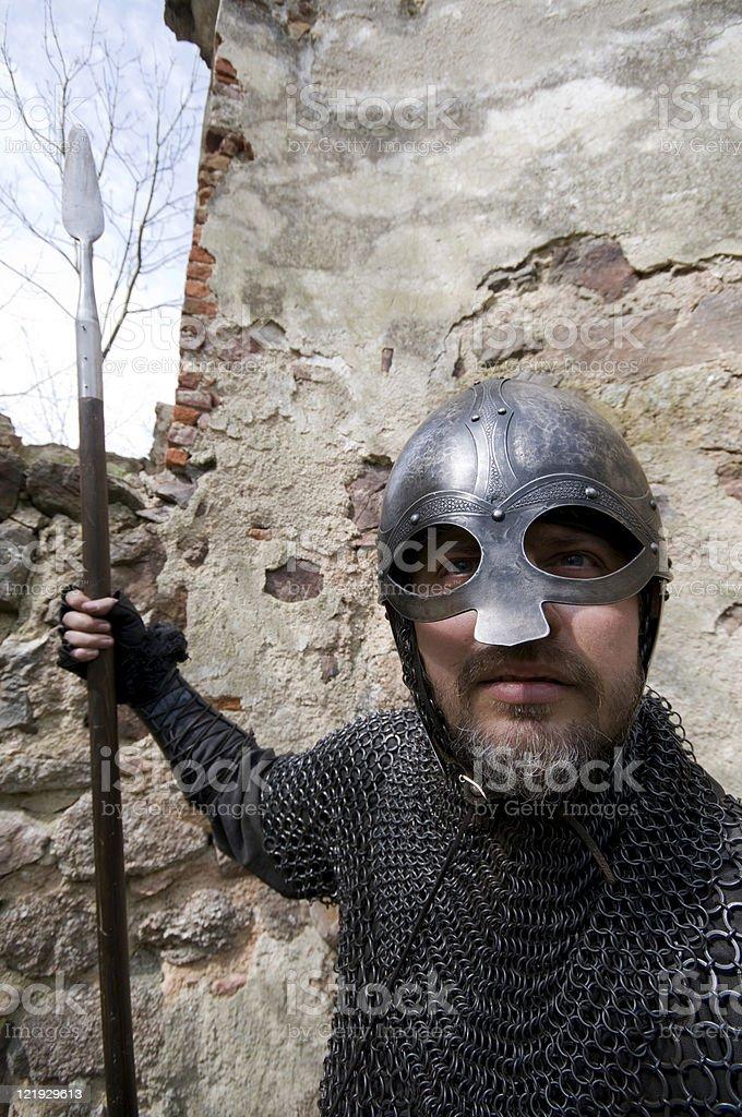 Ritter bewacht Burg mit Speer royalty-free stock photo
