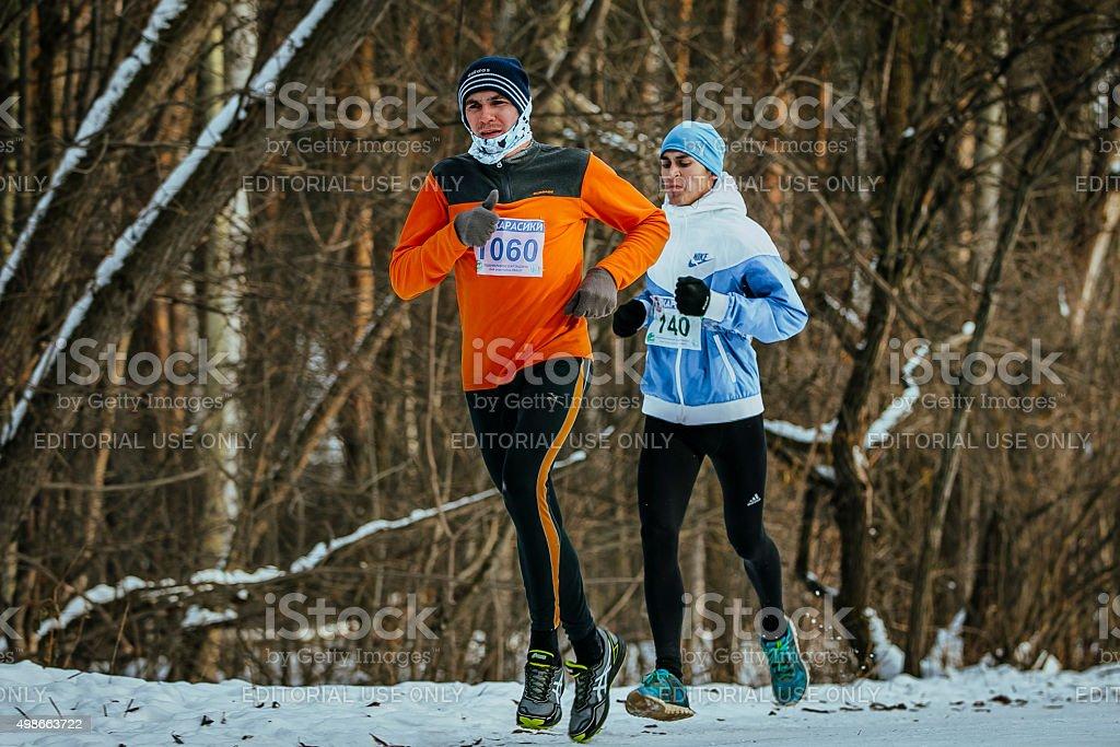 간 두 명의 젊은 선수 on track 인종 royalty-free 스톡 사진