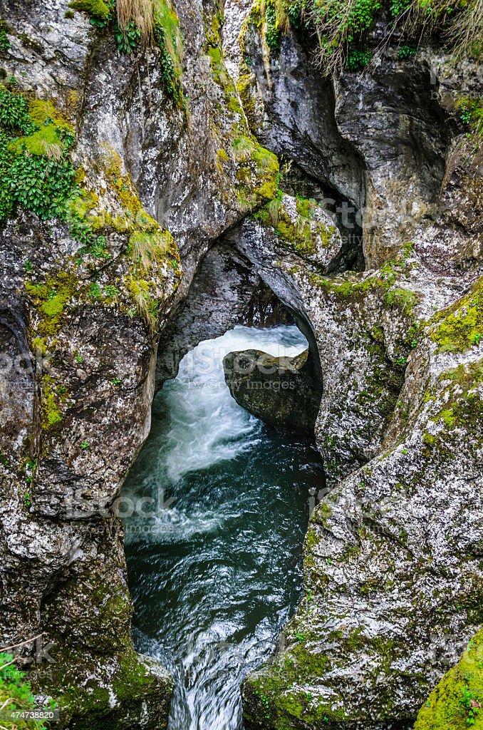 """Río en la cueva """"garganta del diablo"""": Bulgaria foto de stock libre de derechos"""
