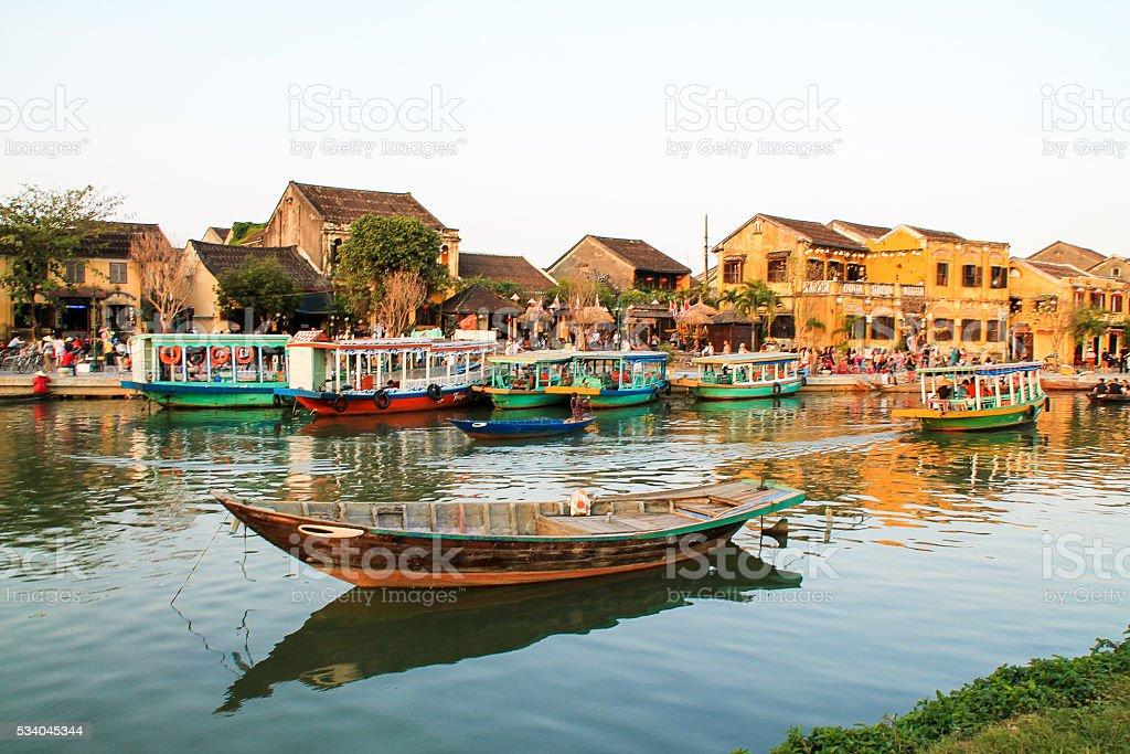 Vue sur le fleuve de Hoi An avec bateaux traditionnels au Viêt-Nam photo libre de droits