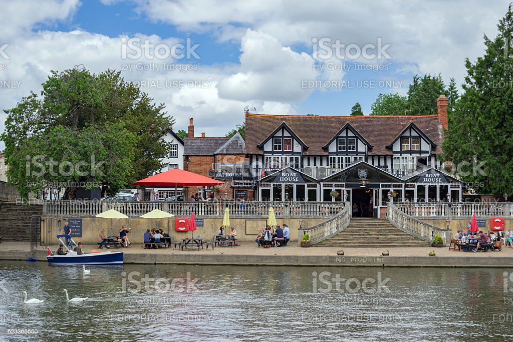 Riverside dining by the River Thames at Wallingford stock photo