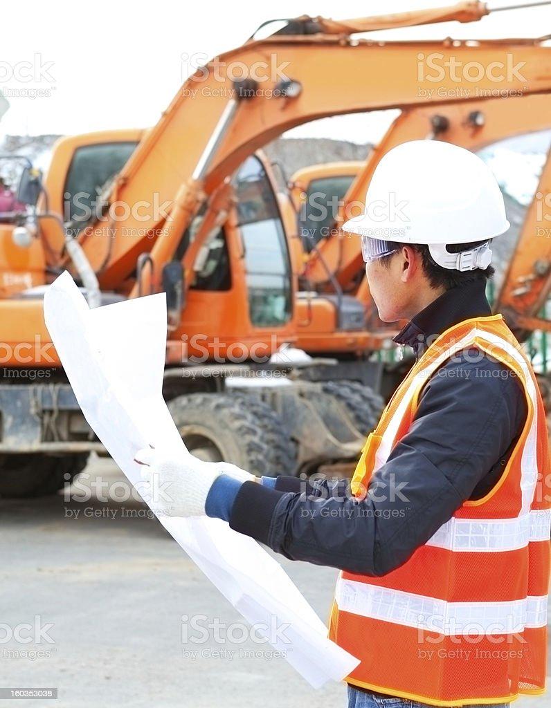 road construction worker vor excavator Lizenzfreies stock-foto