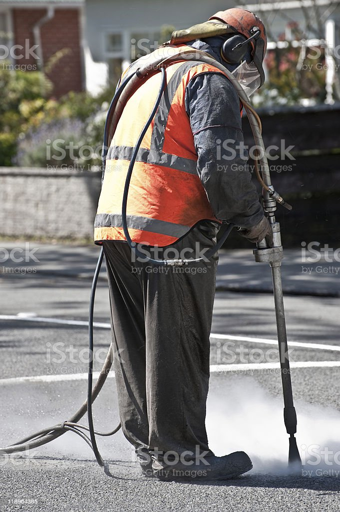 Trabajador eliminar pintura sandblasting Road foto de stock libre de derechos
