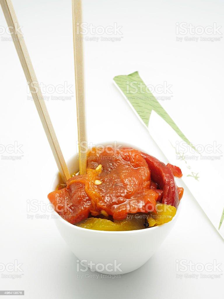 Salada de pimentão assado sobre fundo branco. Estilo Fusion foto royalty-free