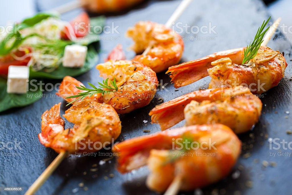Crevettes grillées sur brochette de hors-d'œuvre. photo libre de droits