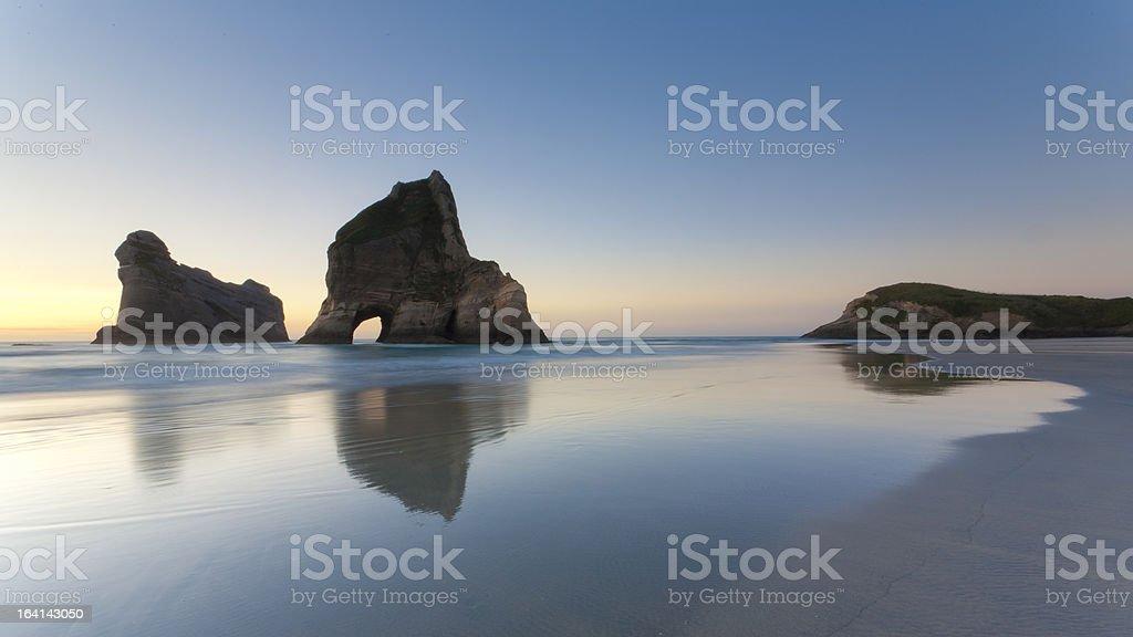 formations rocheuses à Wharariki Beach photo libre de droits