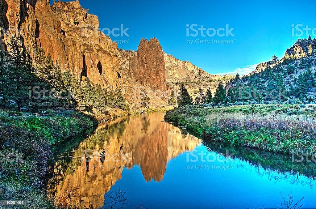 Рок отражение в Крукед Ривер-Национальный парк Смит-Рок Стоковые фото Стоковая фотография