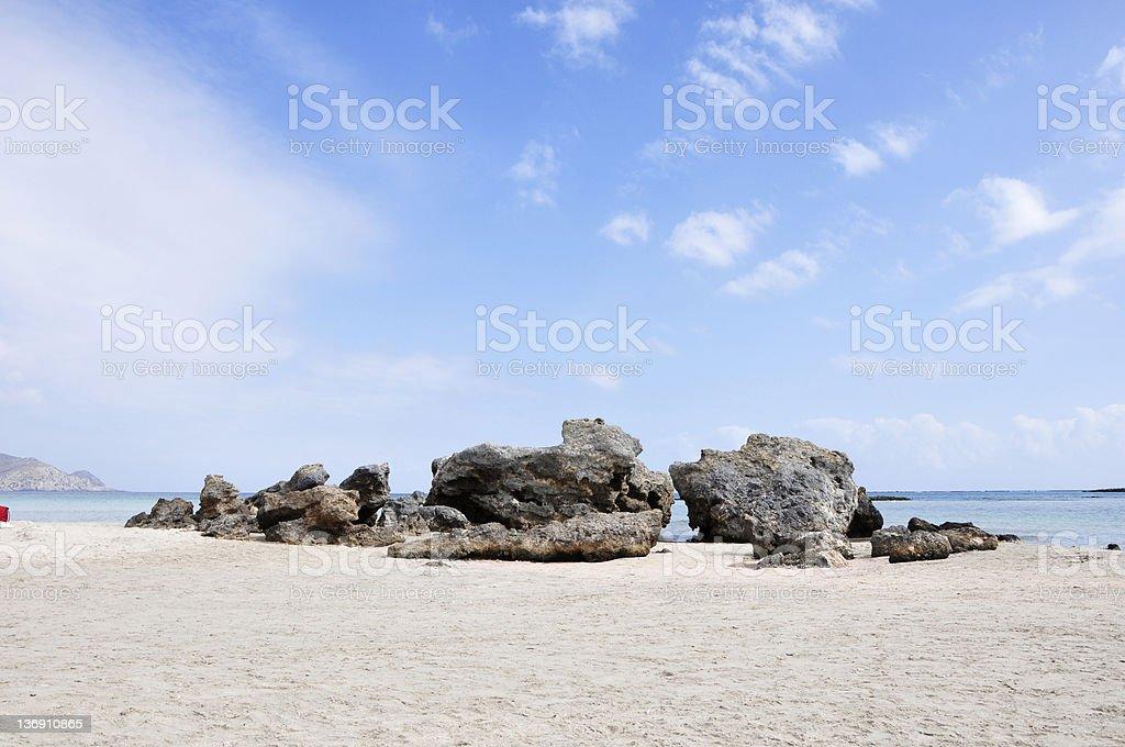 Pierres sur la plage avec ciel bleu et les nuages photo libre de droits