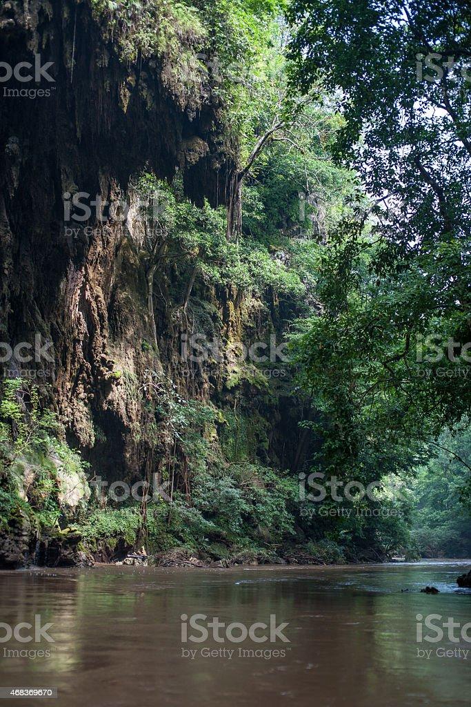Falaises rocheuses et la rivière ci-dessous dans la jungle photo libre de droits