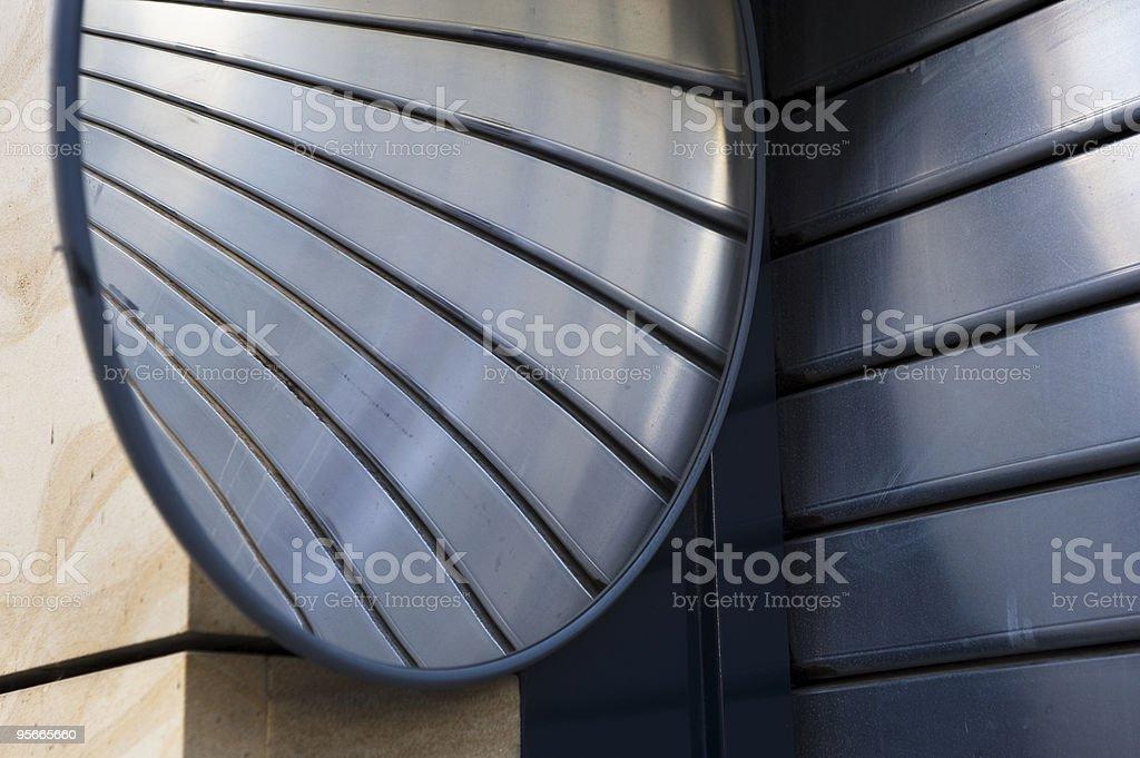 Roller obturador porta da garagem com espelho foto royalty-free