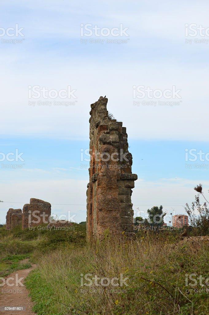 Acueducto ruinas romanas en Roma san policarpo foto de stock libre de derechos