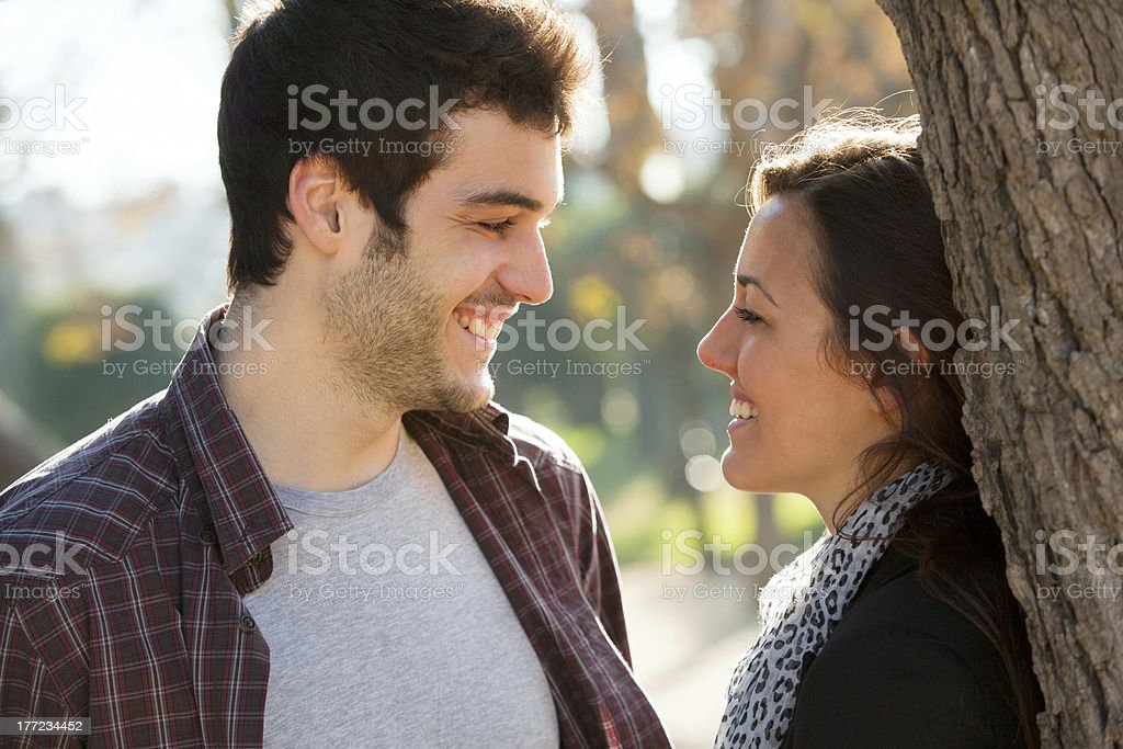 couple romantique dans le parc. photo libre de droits
