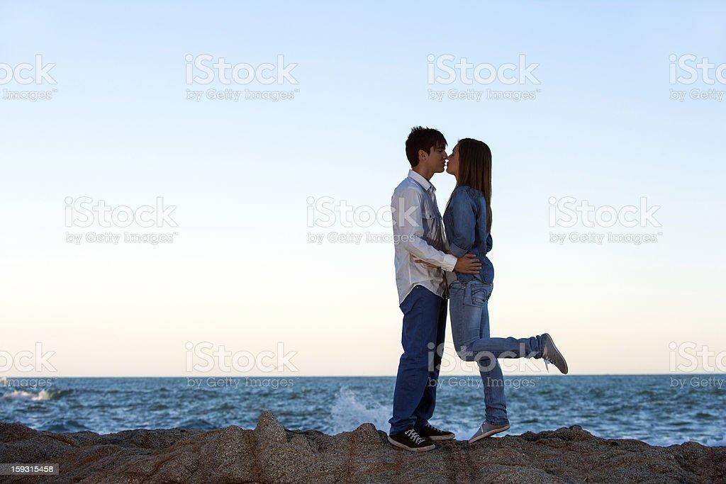 couple romantique sur des rochers au bord de mer. photo libre de droits
