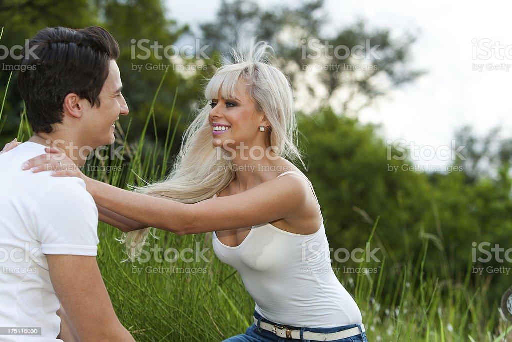 Romantique couple montrant affection à l'extérieur. photo libre de droits