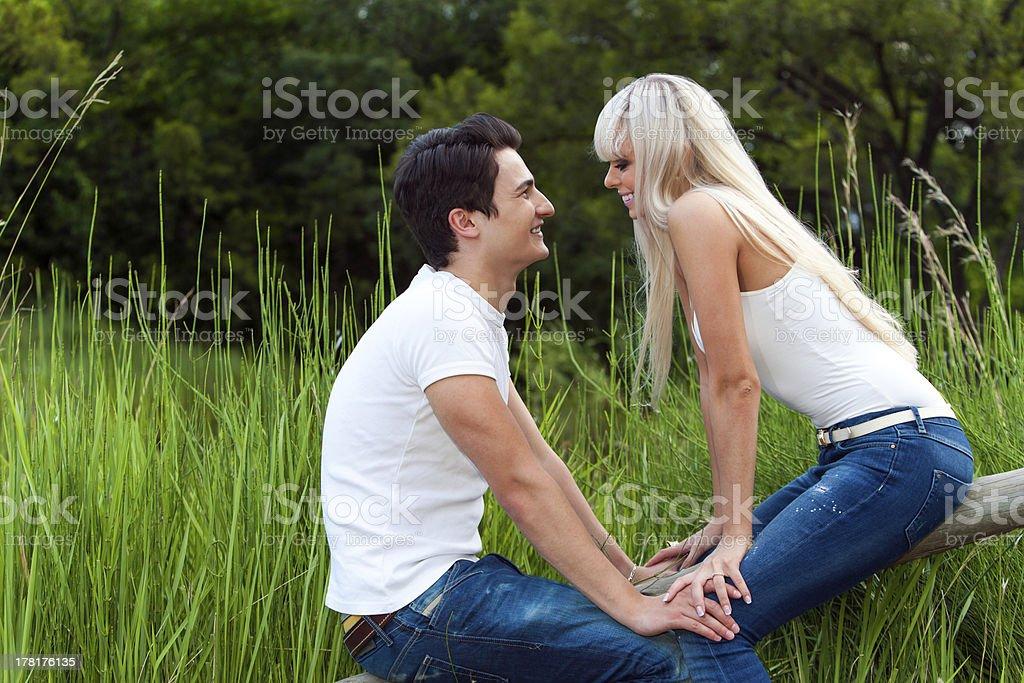 Romantique dans le parc. photo libre de droits