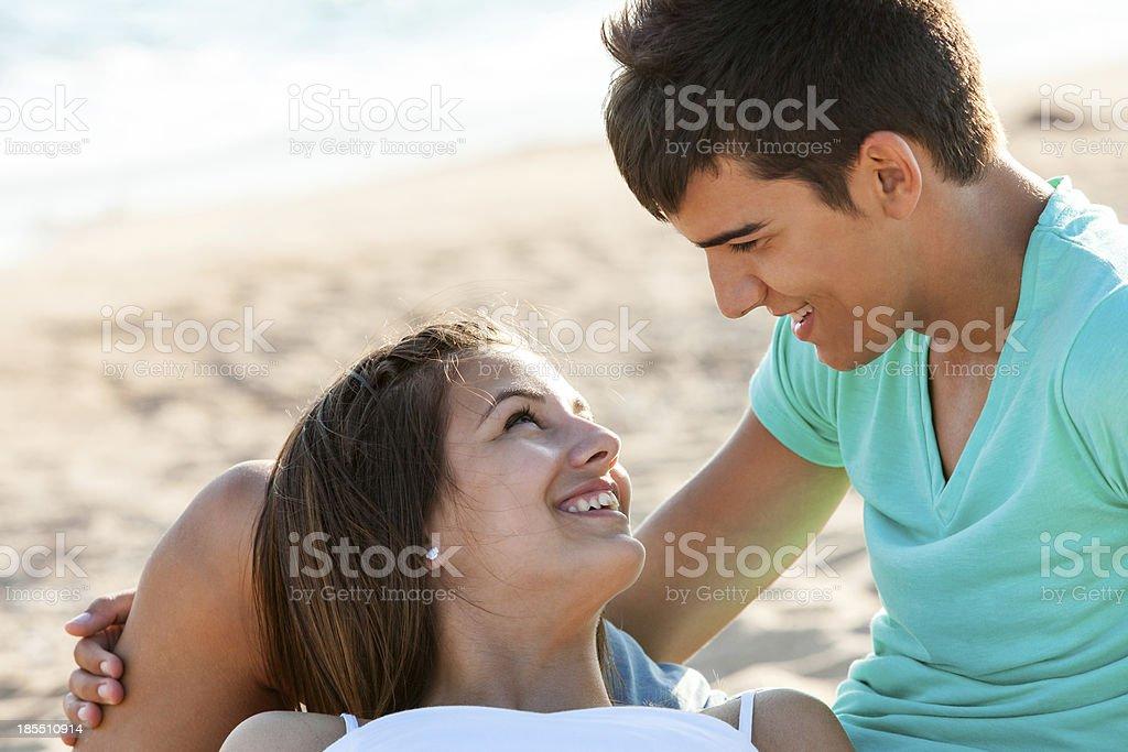 moment romantique sur la plage. photo libre de droits