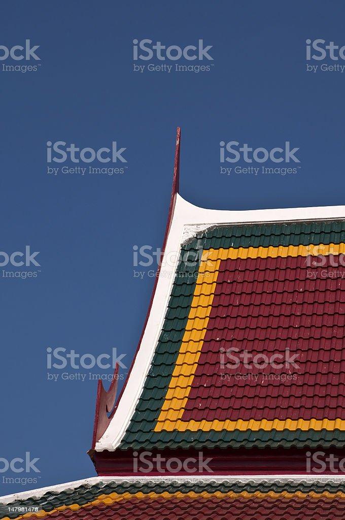 Dachu Dachówka na niebieski niebo w tle zbiór zdjęć royalty-free