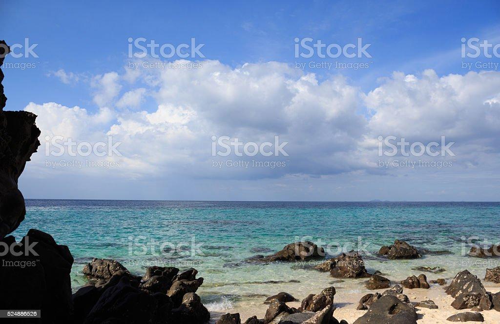 Черновое рок камень, темно-синий в белый Пляж в бухте острова Стоковые фото Стоковая фотография