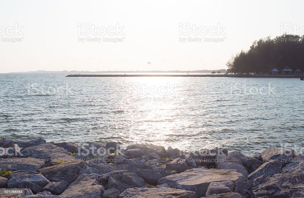 Шероховатые скалы и волны поверхности с закат Стоковые фото Стоковая фотография