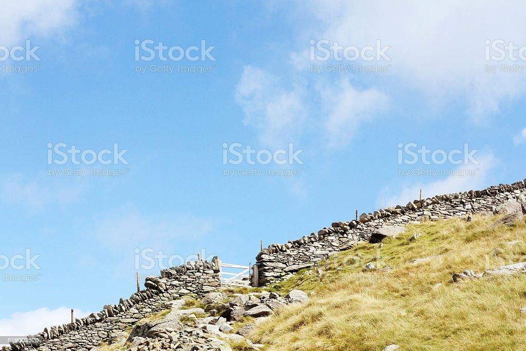 Tessuto increspato pietroso parete e porta in Galles foto stock royalty-free
