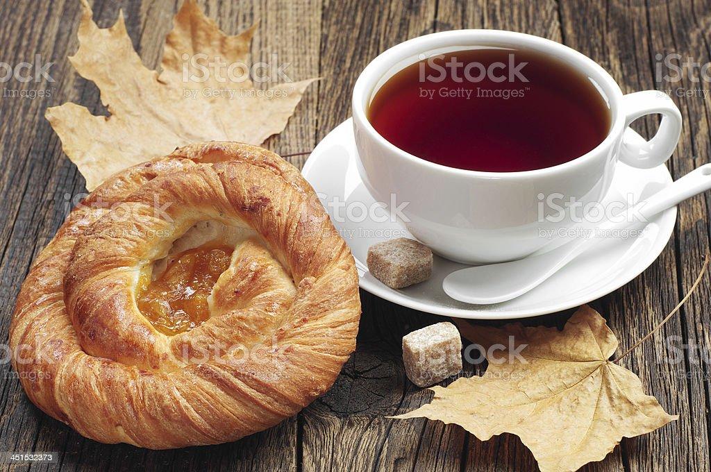 Redondo buns y taza de té foto de stock libre de derechos