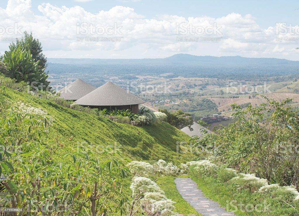 Круглый деревянный крыша хижина Hous'in the green hills фоне Стоковые фото Стоковая фотография
