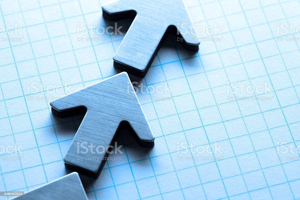 Zeile der Pfeile auf Millimeterpapier – Foto