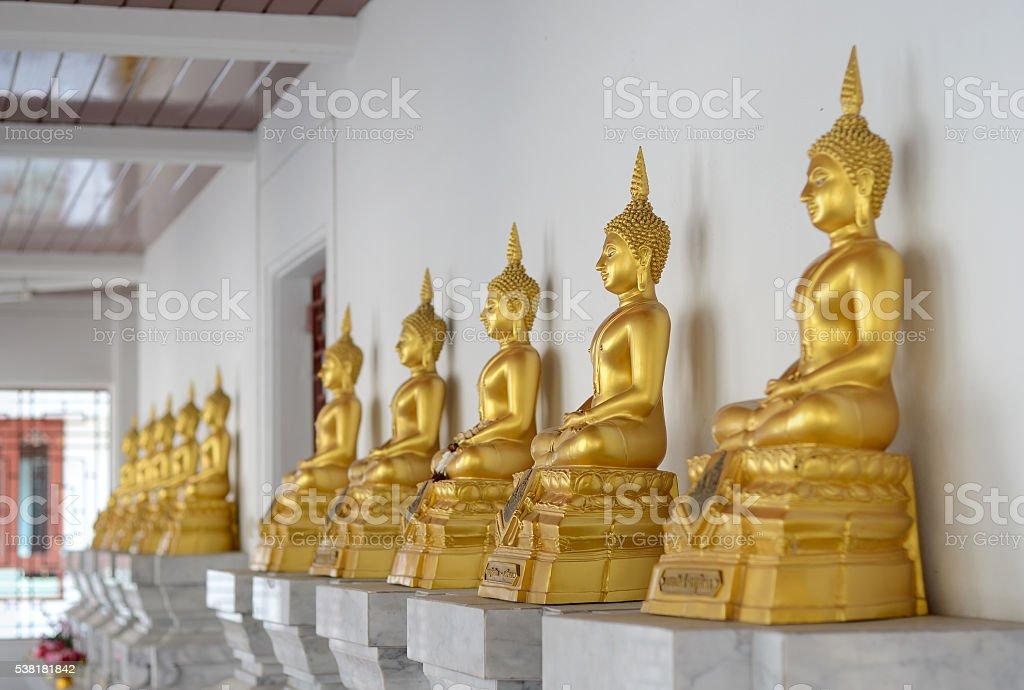 Fila de estatua de Buda dorado foto de stock libre de derechos