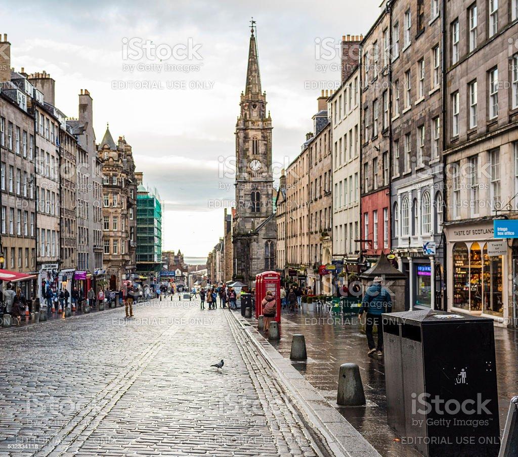 Royal Mile (Edinburgh, Scotland): shops, tourists, pedestrians, and telephone boxes stock photo
