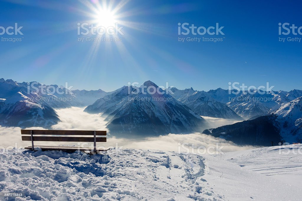 Ruhebank mit Aussicht über die Alpen stock photo