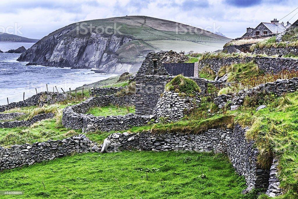Ruined stone dwelling with beehive hut, Ireland stock photo
