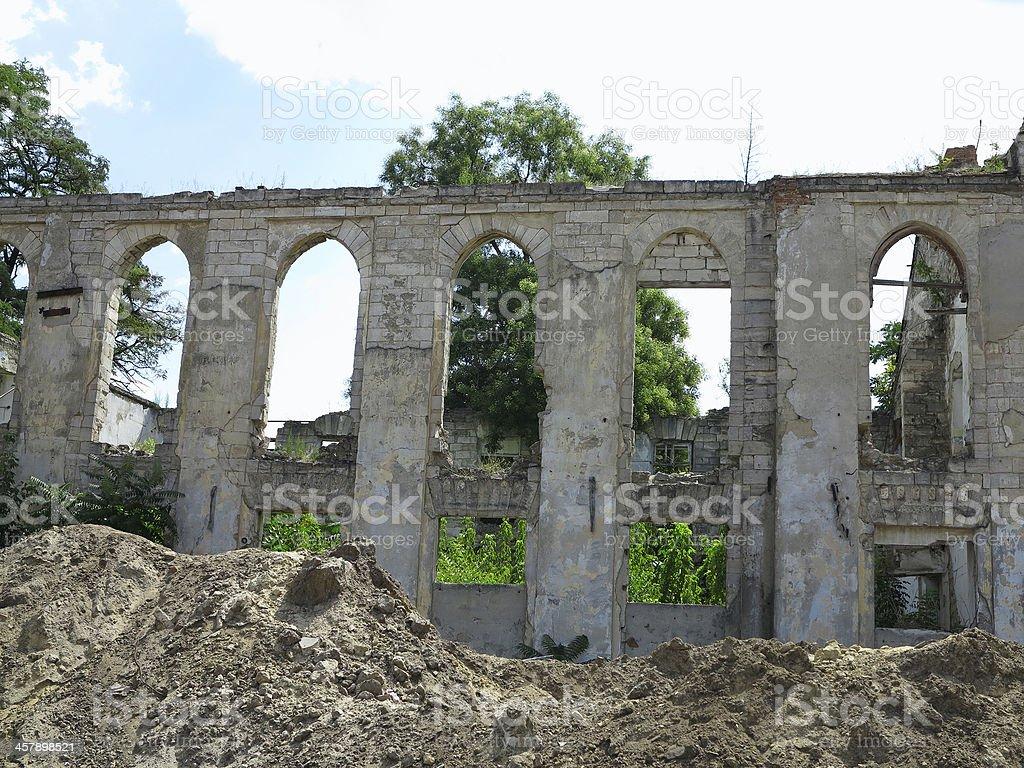 Ruínas do Castelo medieval com vegetação das paredes foto de stock royalty-free
