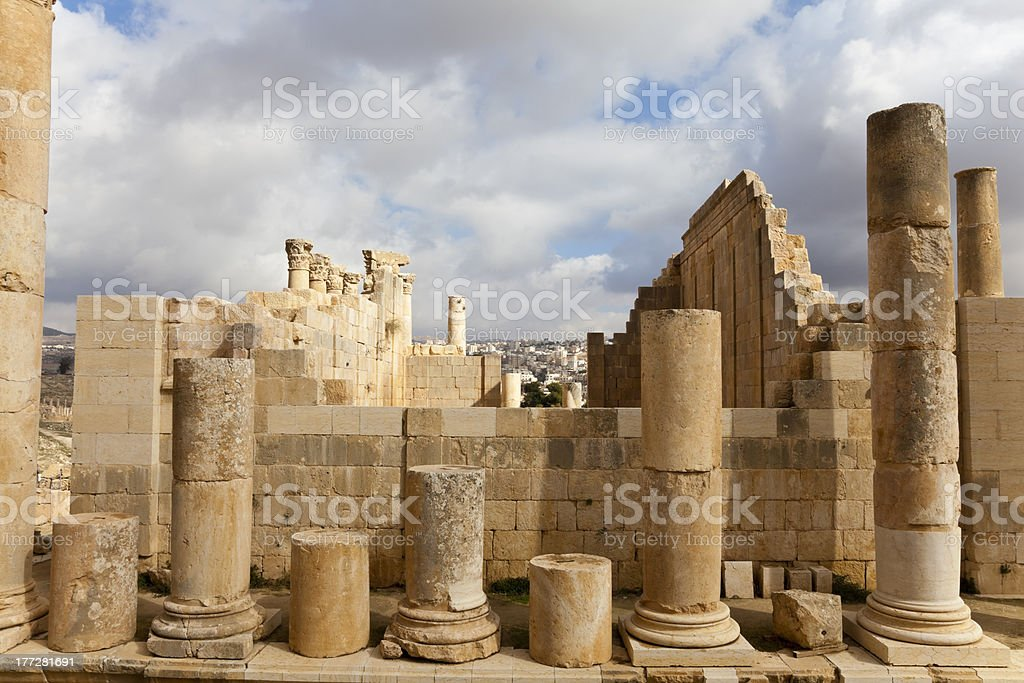 ruins zeus temple in ancient jerash, jordan stock photo