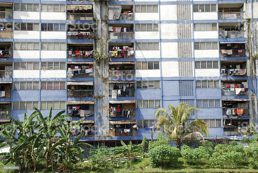 Deteriorado Bloque de apartamentos en el sudeste de Asia foto de stock libre de derechos