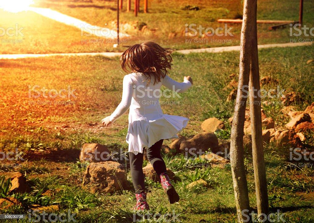 Bambina che corre stock photo