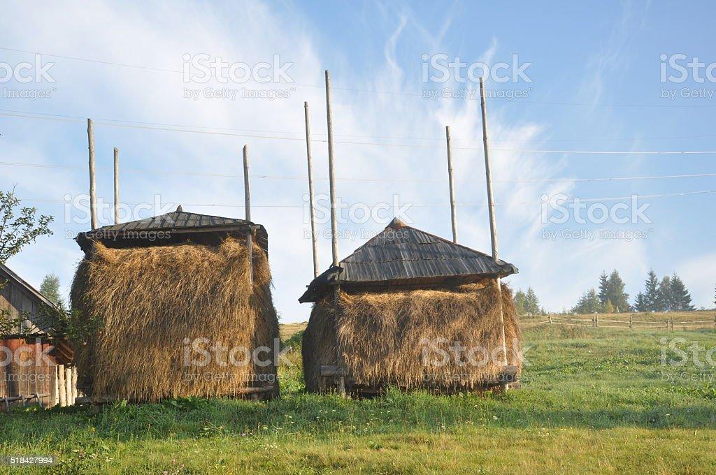 Rural granero con Cárpatos en el heno foto de stock libre de derechos