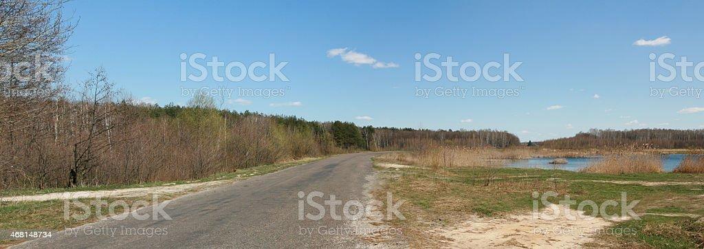 (Rural road, lake forest), nubes, paisaje, con tonos color azul foto de stock libre de derechos