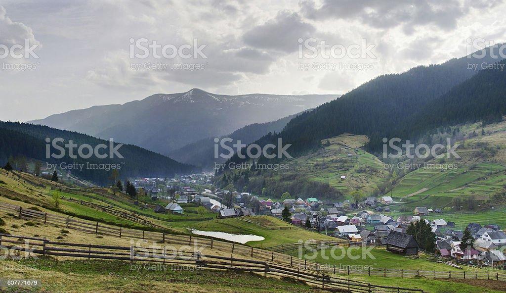 Paisaje Rural con casas de pueblo y a las montañas foto de stock libre de derechos