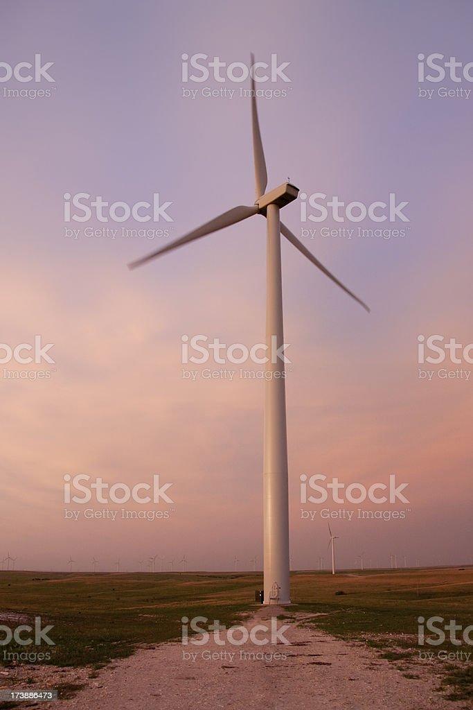 Rural éolienne contre ciel coloré au coucher de soleil photo libre de droits