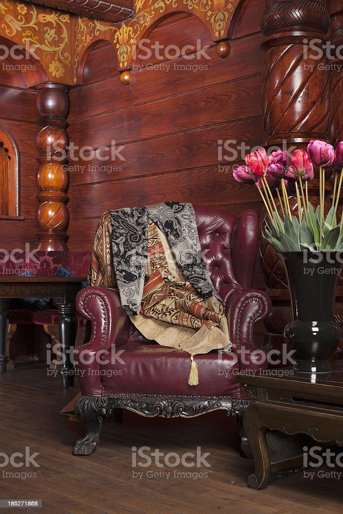 Stile russo poltrona con tulipani foto stock royalty-free