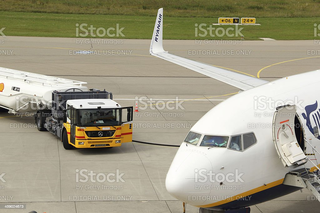 Ryanair Boeing 737-800 and Shell gasoline truck stock photo