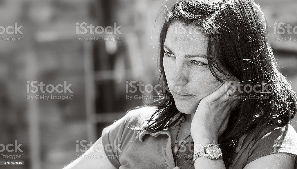 Triste no rosto de uma linda garota, retrato preto e branco foto royalty-free
